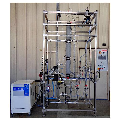 Distillation continue régulée thermosiphon